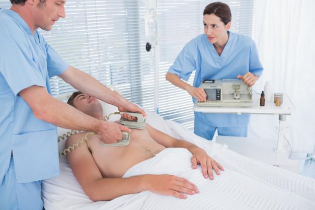 V največjih težavah lahko na pomoč priskoči defibrilator