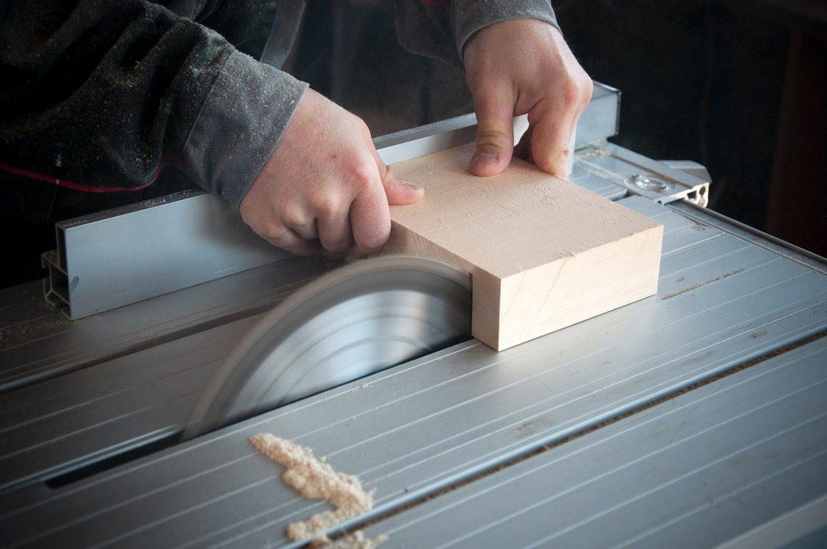 Krožna žaga se uporablja z razrez lesa in drugih materialov