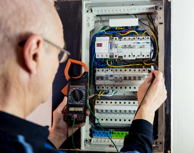 Vezava elektro omarice je opravilo, ki ga je potrebno prepustiti strokovnjakom