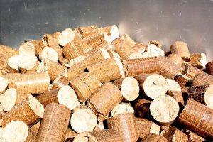 Drva so najbolj značilno lesno gorivo, na voljo pa so tudi briketi, peleti in sekanci.